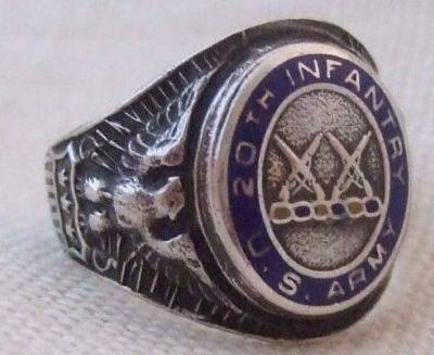 Кольцо пехотинца, выполненное из серебра с применением цветной горячей эмали.