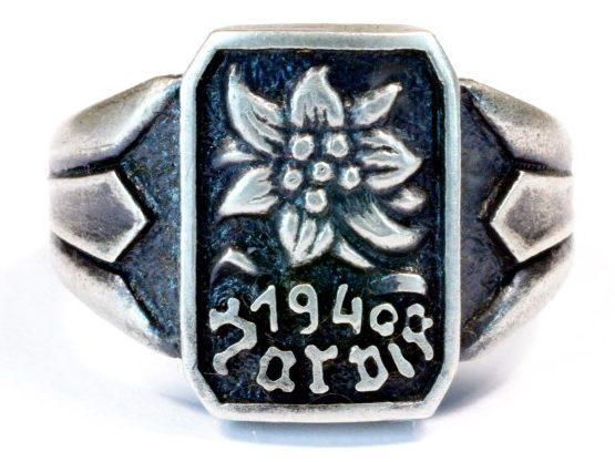 Наградные перстни горнострелковых частей «Эдельвейс» принимавших участие в «Битве при Нарвике» в 1940 году. Перстень выполнен из серебра 835-ой пробы с применением чернения. Использовался в качестве дивизионной награды.