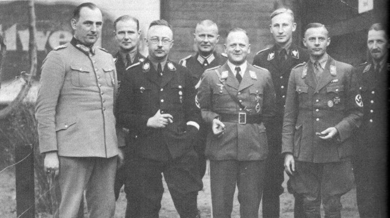 Карл Вольф, Курт Далудж, Генрих Гиммлер, Эрхард Милч, Рейнхард Хейдрич и Фридрих Вильгельм Крюгер на выставке в Ванзее. 1934 г.