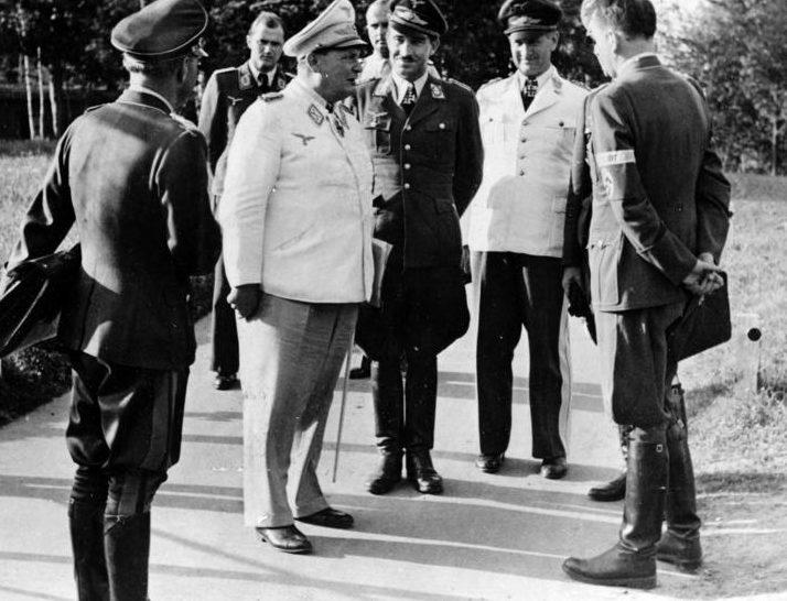 Герман Геринг среди офицеров люфтваффе. 1941 г.