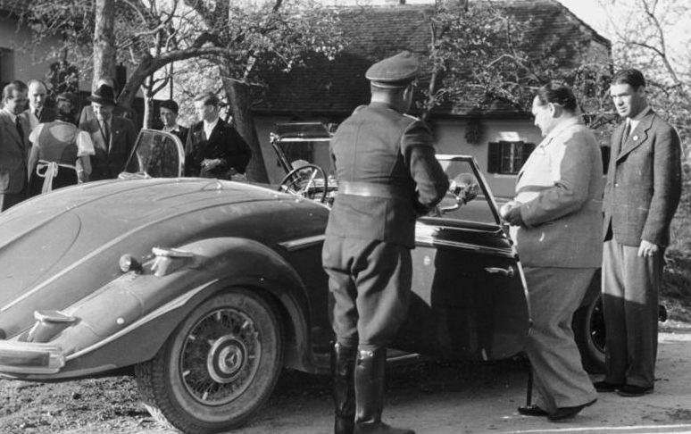 Герман Геринг осматривает спорткар. 1941 г.