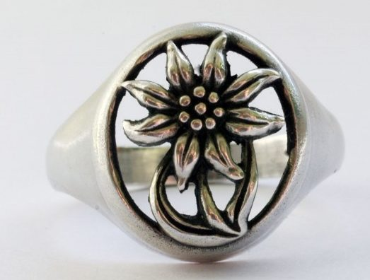 Кольцо «Эдельвейс» изготовлено из серебра 900-ой пробы, на прорезном щитке - рельефное изображение цветка эдельвейса.
