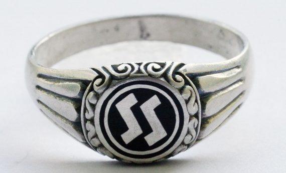 Перстни сотрудников «Ahnenerbe» (Наследие предков) выполнены из серебра 900-й пробы. За основу дизайна щитка взята символика организации «Аненербе». Кольца изготовлены с применением цветной горячей эмали или чернения.