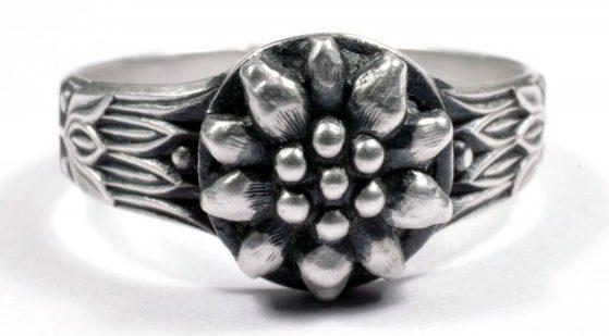 Перстень, за основу дизайна щитка которого, взят символ - горных егерей «Эдельвейс», выполнен из серебра 835-ой пробы.
