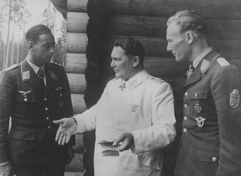 Герман Геринг с офицерами люфтваффе в своей резиденции в Восточной Пруссии. 1941 г.