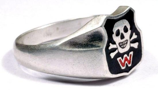 Kольца членов организации «Вервольф» изготовлены из серебра 800-й пробы с применением цветной горячей эмали на щитке.