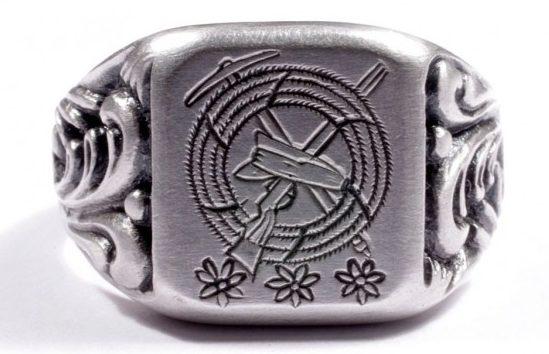 Перстень из серебра 835-ой пробы. Дизайн щитка выполнен гравировкой с изображением символики горных стрелков.