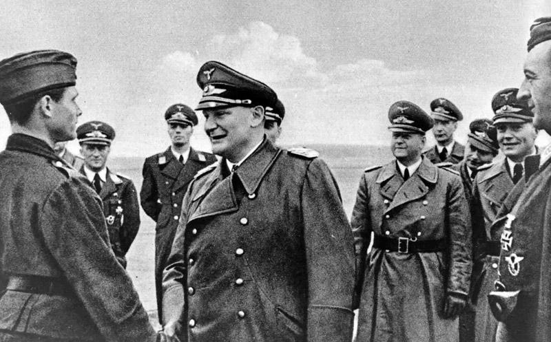 Герман Геринг награждает пилота Ганса Юргена за разгром конвоя PQ-17. 1941 г.
