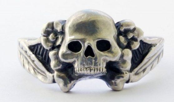 Перстень из серебра 835-ой пробы с применением чернения. В дизайне щитка использованы элементы мертвой головы и цветков эдельвейса.