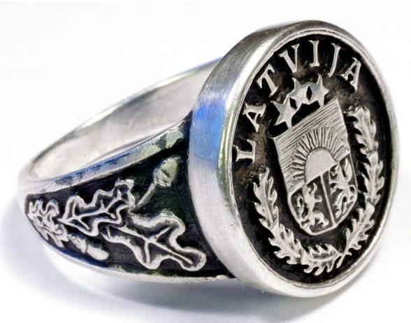 Перстни Латышского добровольческого легиона СС изготовлены из серебра 830-ой пробы с использованием чернения. На изображении щитков применены национальные мотивы. По сторонам щитков наложен традиционный орнамент из дубовых листьев.