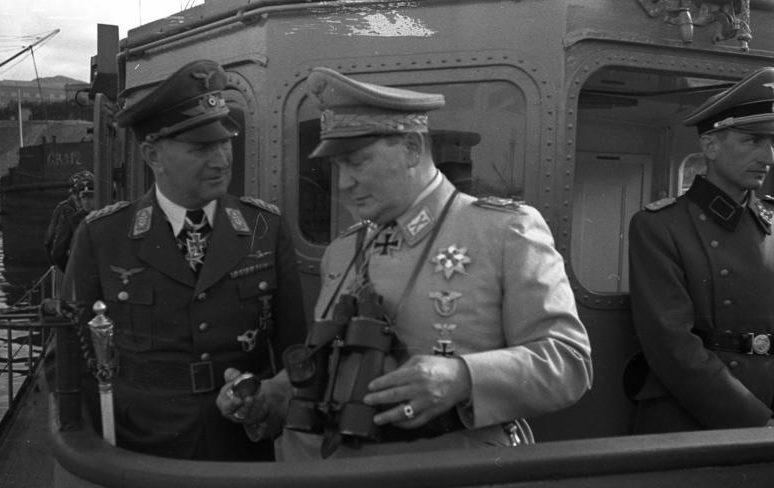 Герман Геринг и Бруно Лёрцер на военном катере. 1942 г.