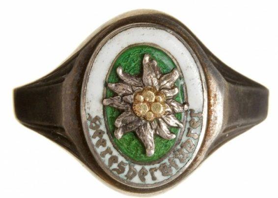 Перстень из серебра 835-ой пробы с изображением знака «Горный проводник» (Heeresbergsfuehrer) выполнен с горячей разноцветной эмали и накладного эдельвейса.