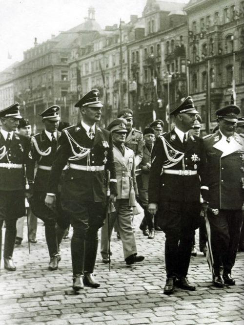 Карл Вольф сопровождает Генриха Гиммлера во время демонстрации. Берлин. 1938 г.