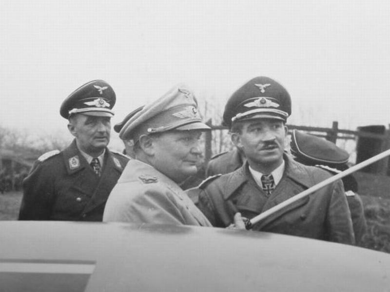 Герман Геринг и Адольф Галланд на аэродроме.1942 г.