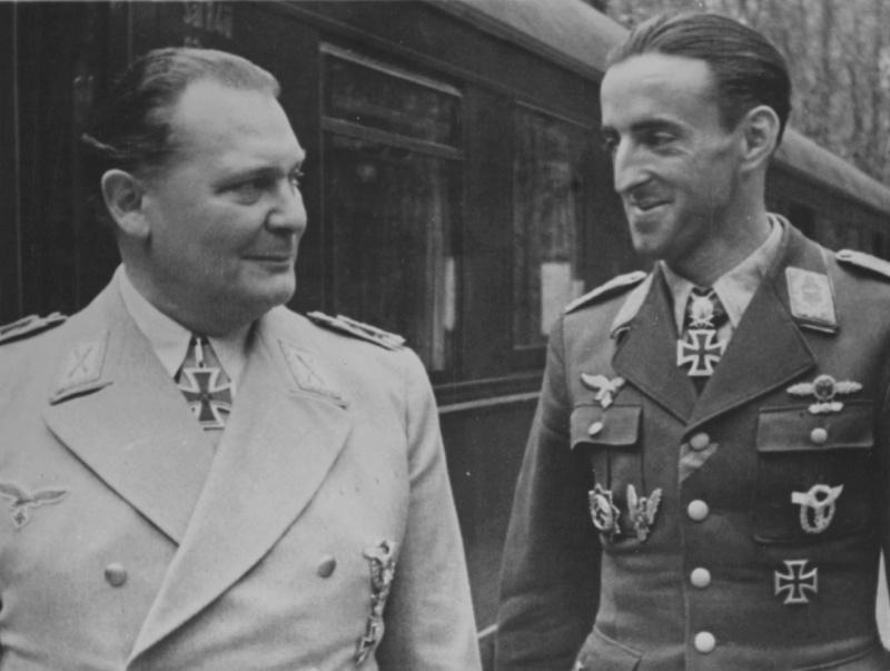 Герман Геринг и майор Герман Граф. 1942 г.