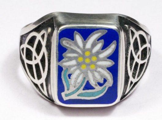 Перстни выполнены из серебра 835-ой пробы с использованием цветной горячей эмали и чернения. В основу дизайна щитка перстней взята эмблема штурмовых отрядов «Эдельвейс».