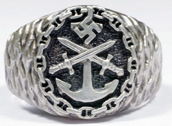 Перстень выполнен из серебра 835-ой пробы с применением чернения. За основу дизайна щитка взят рельефный знак Кригсмарине.