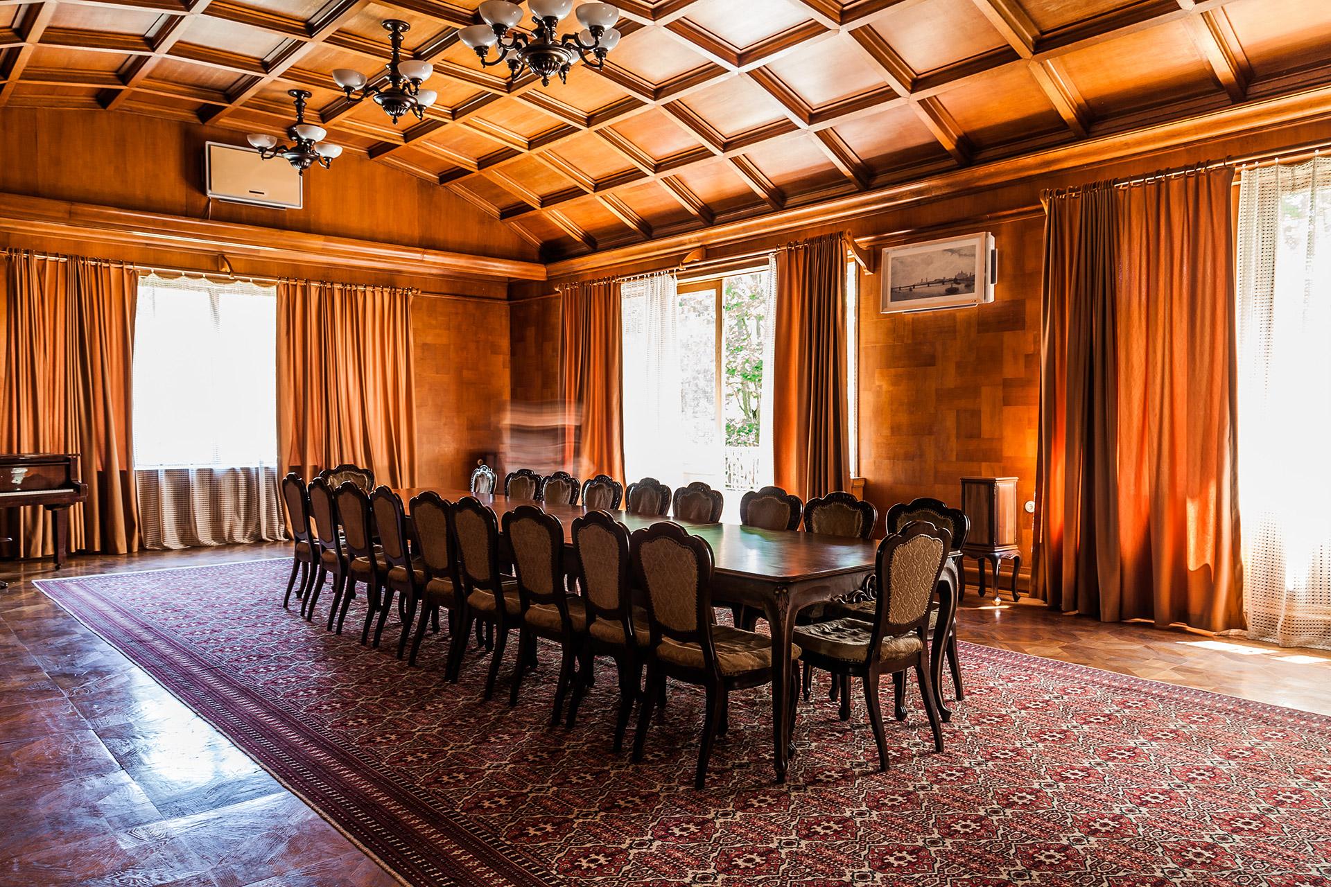 Типичная обстановка большой столовой. Здесь же проходили и совещания.