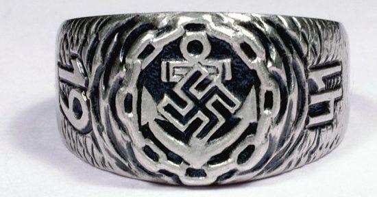 Кольцо выполнено из серебра 835-ой пробы с применением чернения. За основу дизайна щитка взят рельефный знак Кригсмарине со свастикой. По сторонам щитка на нанесены цифры «19» и «41».