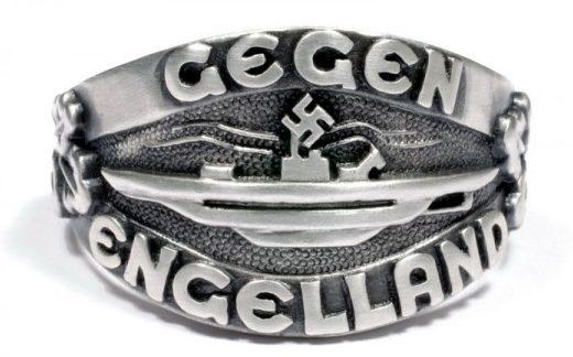 Наградное кольцо за основу дизайна щитка, которого взят текст «Gegen Engeland» (На Англию) и силуэт подводной лодки. Кольцом награждались подводники, участвовавшие в «Битве за Англию» в 1940 году. Кольцо выполнено из серебра 835-ой пробы с применением чернения поля щитка.