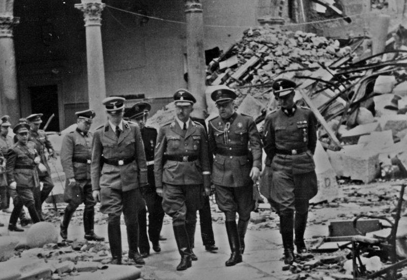Карл Вольф и Генрих Гиммлер посещают руины замка Алькасар в Толедо. 1940 г.