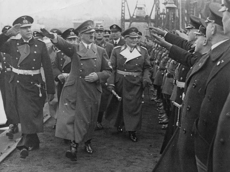Герман Геринг и Адольф Гитлер.