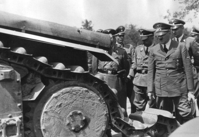 Карл Вольф, Генрих Гиммлер, Адольф Гитлер рассмативают уничтоженшый французский танк Char B1. 1940 г.