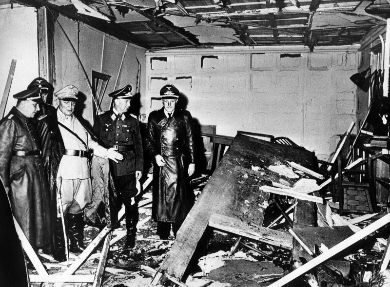 Герман Геринг и Мартин Борман осматривают бункер после покушения на Гитлера. 1944 г.