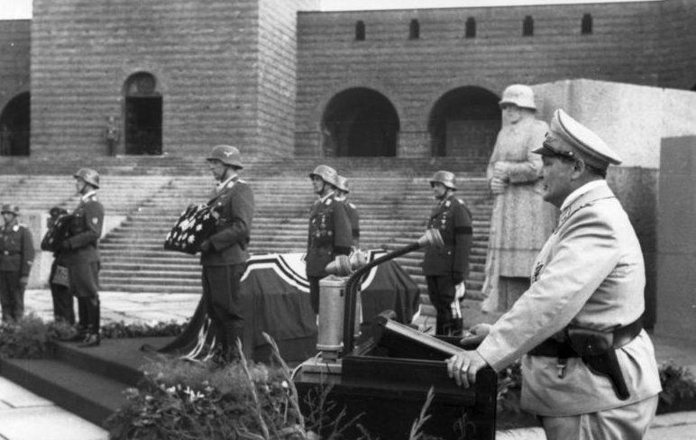 Герман Геринг на похоронах генерала Гюнтера Кортена. 1944 г.