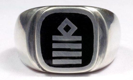 Перстень капитана корабля, изготовленный из серебра 835-ой пробы с применением цветной горячей эмали.