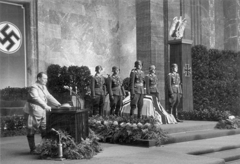 Герман Геринг выступает на похоронах пилота. Берлин. 1944 г.