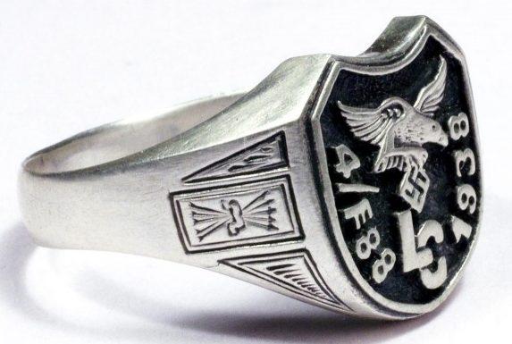 Перстни «Легиона Кондор» выполнены из серебра 835-ой пробы. В центре композиции помещено изображение летящего орла со свастикой - символа люфтваффе и аббревиатура легиона.