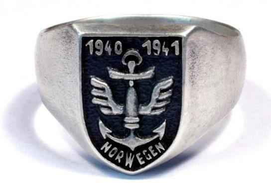 Памятное кольцо моряков Кригсмарине, участвовавших в боевых действиях в Норвегии. Кольцо изготовлено из серебра 83о-ой пробы с применением чернения щитка.