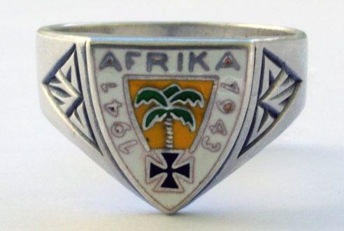 Памятный перстень «Немецкий Африканский Корпус 1941-1943» изготовленный из серебра 835-ой пробы с использование цветной горячей эмали. За основу дизайна щитка взята эмблема корпуса.