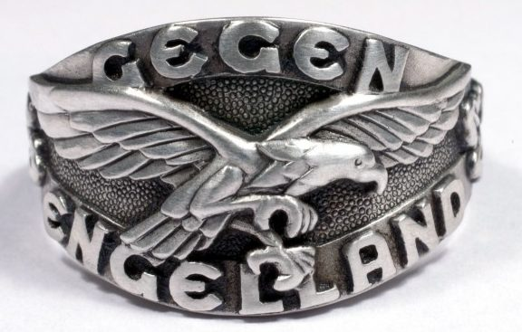 Наградное кольцо за основу дизайна щитка, которого, взят текст «Gegen Engeland» (На Англию) и эмблема Люфтваффе. Кольцом награждались пилоты-истребители, участвовавшие в «Битве за Англию» в 1940 году. Кольцо выполнено из серебра 835-ой пробы с применением чернения поля щитка.