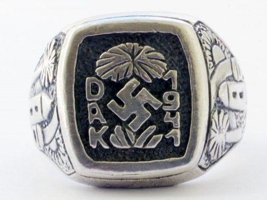Перстень «Немецкий Африканский Корпус 1941» изготовленный из серебра 835-ой пробы с применением чернения. На щитке перстня надпись «DAK-1941» со свастикой и пальмой.