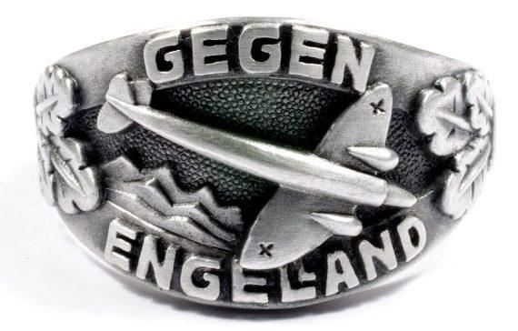 Наградное кольцо за основу дизайна щитка, которого, взят текст «Gegen Engeland» (На Англию) и силуэт самолета. Кольцом награждались экипажи бомбардировщиков, участвовавшие в «Битве за Англию» в 1940 году. Кольцо выполнено из серебра 835-ой пробы с применением чернения поля щитка.