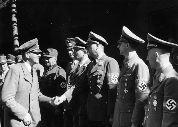 Герберт Баке и Адольф Гитлер в «волчьем логове». 1944 г.