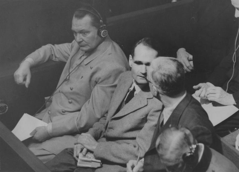 Герман Геринг, Рудольф Гесс, Иоахим Риббентроп и Вильгельм Кейтель на Нюрнбергском процессе. 1945 г.