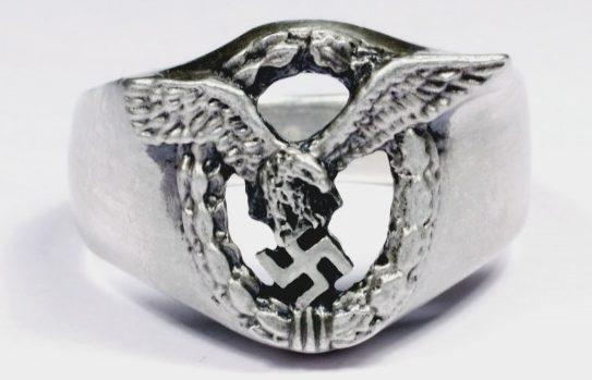 Наградное кольцо летчика Люфтваффе с прорезным щитков, выполнено из серебра 835-ой пробы.