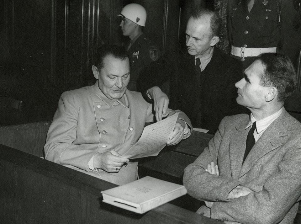 Герман Геринг и Рудольф Гесс на Нюрнбергском процессе. 1945 г.
