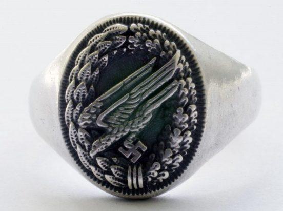 Наградное кольцо парашютиста, выполнено из серебра 835-ой пробы. В основе дизайна щитка – эмблема парашютистов Люфтваффе. Поле щитка обработано чернением.