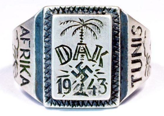 Памятный перстень «Немецкий Африканский Корпус 1943» изготовленный из серебра 835-ой пробы. На щитке изображена эмблема корпуса – свастика на фоне пальмы. По обеих боках щитка надписи «Afrika» и «Tunis».