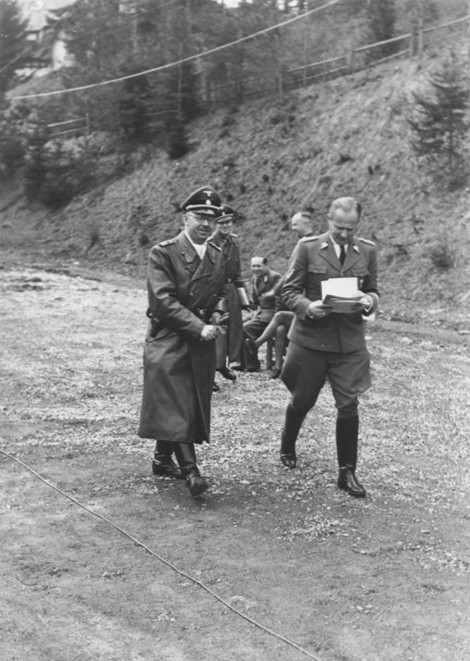 Карл Вольф и Генрих Гиммлер на прогулке. 1941 г.