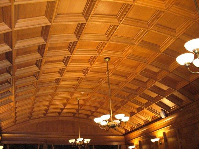 Отделка потолка в банкетном зале.