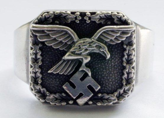 Перстни выполнены из серебра 835-ой пробы. За основу дизайна щитка перстней взят парящий орел, сжимающий в своих когтях свастику - эмблема Люфтваффе. Поле щитка обработано чернением.