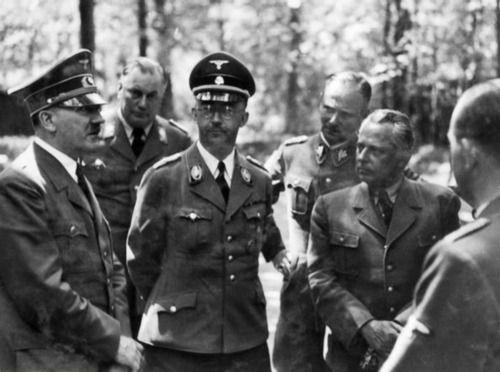 Карл Вольф, Генрих Гиммлер и Адольф Гитлер в «волчьем логове». 1942 г.