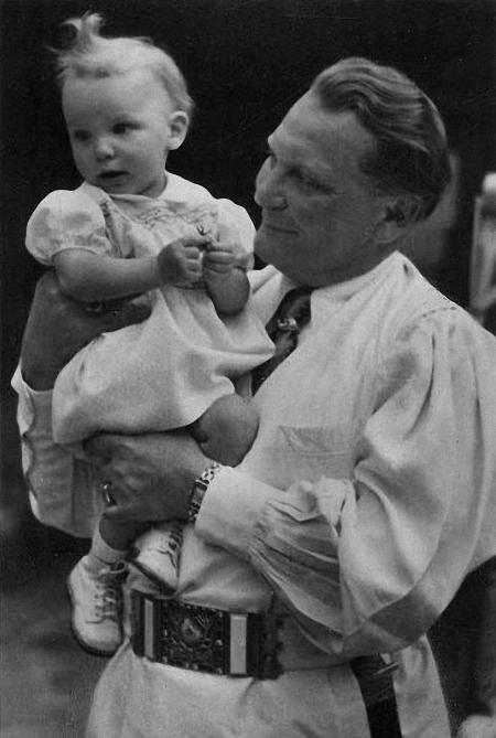 Герман Геринг с дочеью Эддой и женой Еммой.