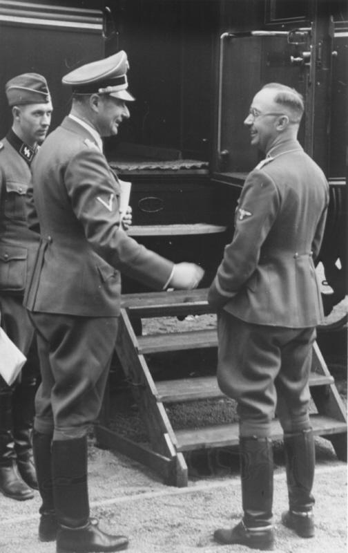 Карл Вольф и Генрих Гиммлер у поезда. 1942 г.