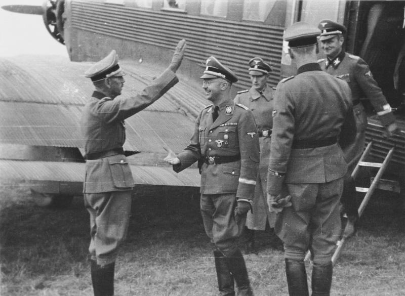 Карл Вольф сопровождает Генриха Гиммлера при посещении Добровольческой дивизии Принц Ойген. 1942 г.